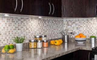 Zástěra do kuchyně vyrobená z plastu: způsoby instalace a druhy materiálů pro vlastní potřebu